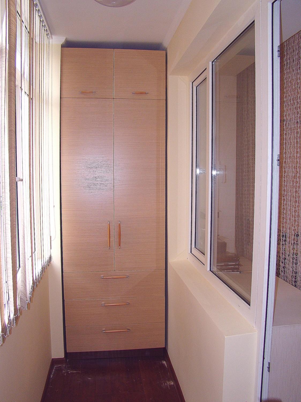 Простой корпусный шкаф на балконе под заказ в красноярске.